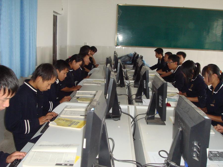 我校学生在多媒体教室上计算机课(图)